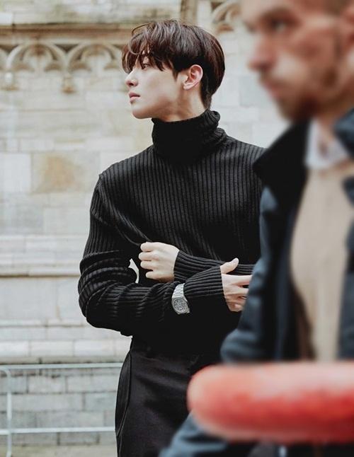 Fan phát sốt với góc nghiêng cực phẩm của Cha Eun Woo trong ảnh tạp chí.