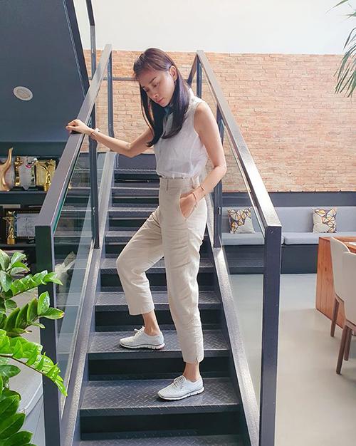 Ngô Thanh Vân tiết lộ cô thường chọn đồ linen và giày bệt cho những ngày nhiều công việc bận rộn.