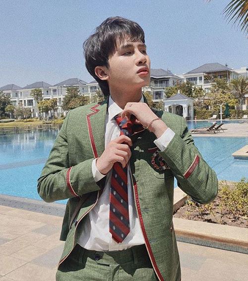 Jack mặc đồ nam sinh kiểu Hàn Quốc và rủ fan: Đi học chung không?.