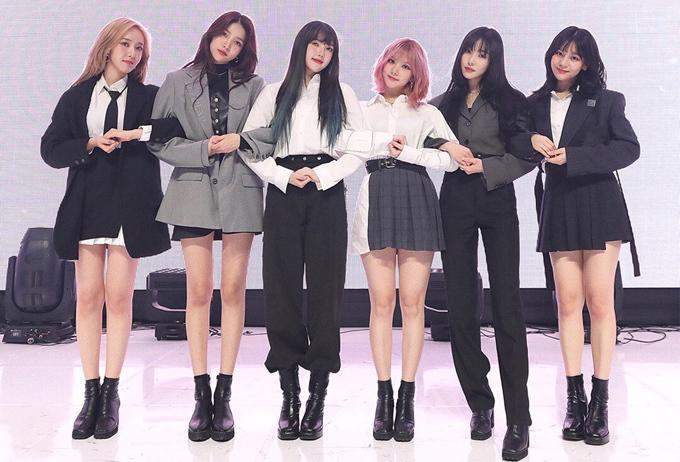 Stylist của G-Friend được khen sáng tạo khi biến hóa đồ diễn cho từng idol. Cả nhóm được hướng theo concept cool ngầu với suit là trang phục chủ đạo, tuy nhiên tùy từng người mà có sự thay đổi cho phù hợp.