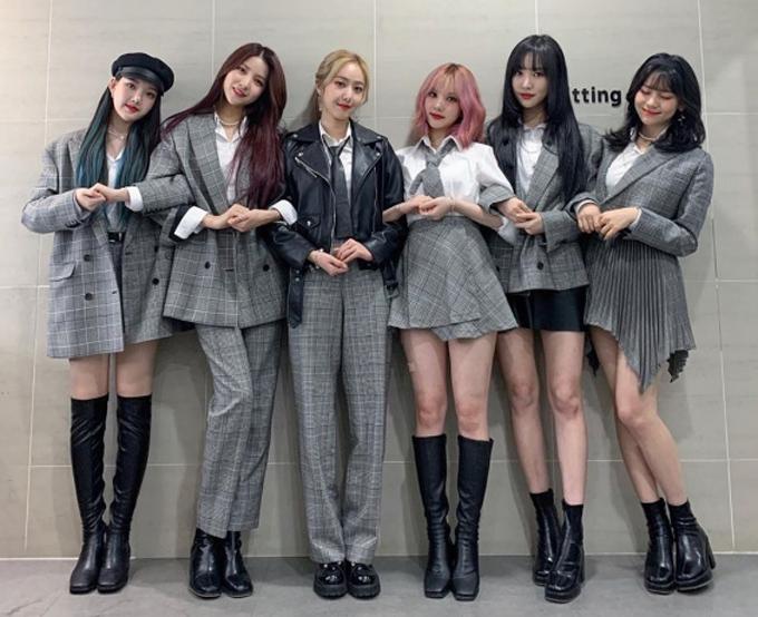 Những thành viên như Eun Ha, Um Ji, vì có vóc dáng bé hạt tiêu hơn nên thường được diện váy ngắn khoe chân, tuy nhiên độ ngắn của váy cũng rất phù hợp, không khiến họ phải lúng túng khi thực hiện vũ đạo trên sân khấu.