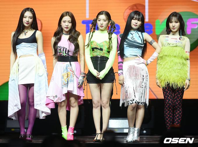 Red Velvet từ lâu đã bị nhận xét là có thù với stylist vì luôn phải diện những bộ cánh tốn tiền nhưng không hề có hiệu quả về thẩm mỹ.