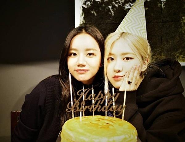 Rosé đón sinh nhật vui vẻ bên cô bạn Hye Ri.