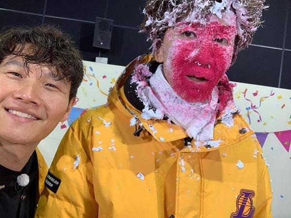 Kim Jong Kook đăng ảnh Lee Kwang Soo bị trét bánh kem đầy mặt, chúc người anh em mau phục hồi sức khỏe sau tai nạn giao thông.