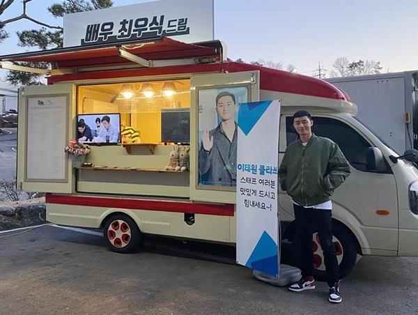 Park Seo Joon nhận được xe cà phê từ cậu em thân thiết Choi Woo Shik gửi đến trường quay Itaewon Class.