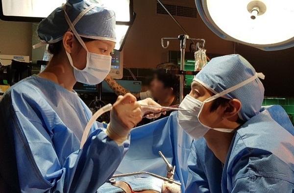 Khoảnh khắc ngọt ngào giữa Lee Sung Kyung và Ahn Hyo Seob khi quay Người thầy y đức 2.