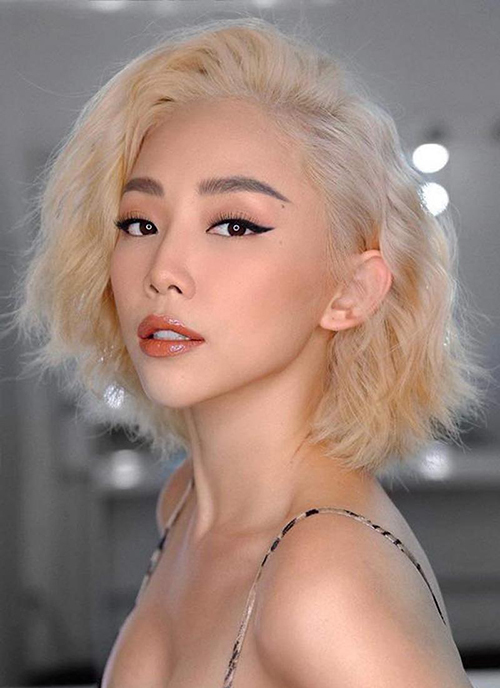 Tóc bạch kim làm nên thương hiệu của Tóc Tiên vì giúp cô có diện mạo đậm chất Tây. Đây cũng là gam màu thường xuyên được nữ ca sĩ lựa chọn.