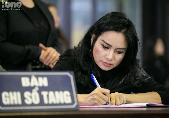<p> Thanh Lam ghi sổ tang.</p>