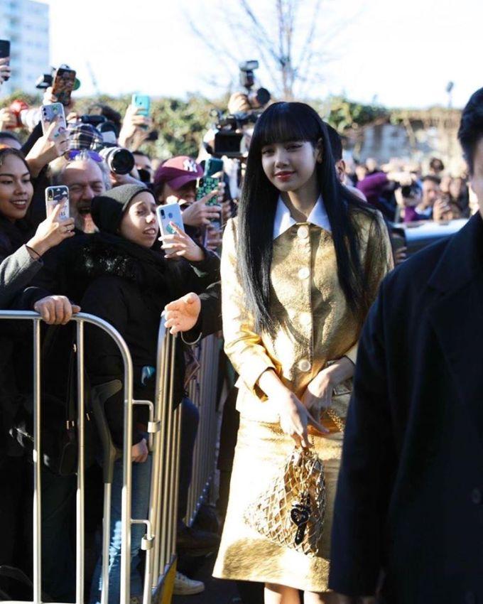 <p> Hàng trăm fan xếp hàng từ sớm và hò reo khi Lisa xuất hiện.</p>