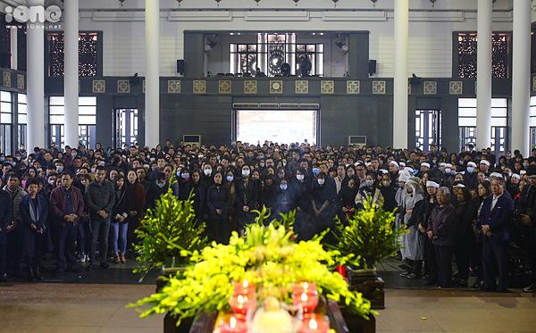 Bạn bè, đồng nghiệp có mặt trong buổi tang lễ của NSƯT Vũ Mạnh Dũng. Ảnh: Tùng Đinh