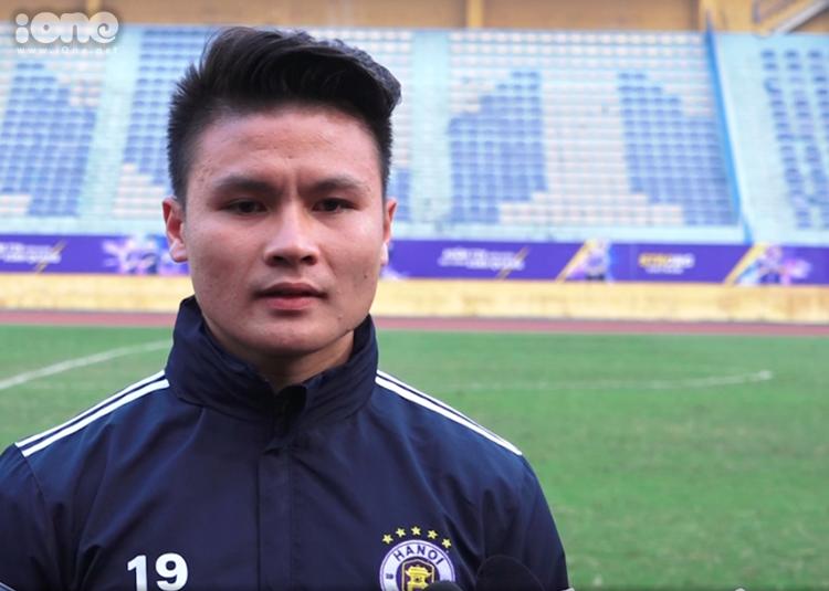 Quang Hải không thi đấu ở trận tập với Viettel do chấn thương bắp đùi. Ảnh: Quỳnh Anh.