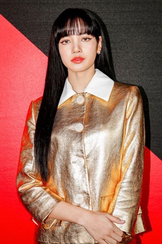 Lisa (Black Pink) diện trang phục dìm dáng dự show Prada
