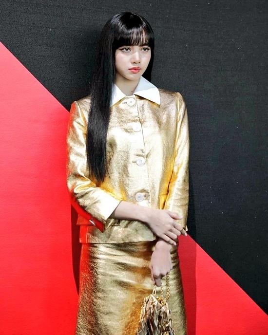 Mặc dù tạo hiệu ứng bùng nổ trên mạng xã hội, trang phục của Lisa vẫn nhận nhiều lời chê. Netizen không đánh giá cao diện mạo lần này của cô bởi outfit trông quá già dặn. Nhiều fan cho rằng gương mặt Lisa đã cứu cả bộ đồ.