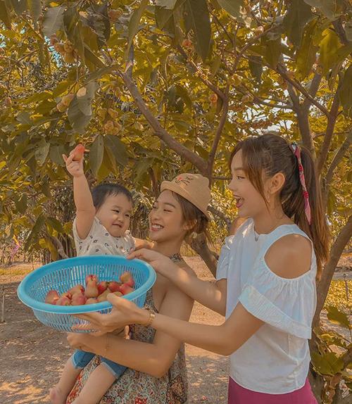Minh Hằng tổ chức về quê picnic, hái trái cây trong vườn nhà cùng Khả Ngân và gia đình.