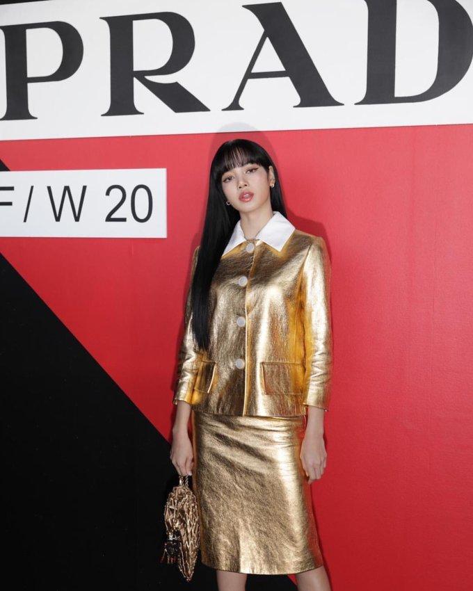 """<p> Lisa là tâm điểm chú ý khi xuất hiện trong show Prada, thuộc khuôn khổ Milan Fashion Week. Hình ảnh của nữ idol tràn ngập Instagram của thương hiệu này cũng như các tạp chí thời trang thế giới. Hashtag """"LalisaWearsPrada"""" nhanh chóng lên top 1 trending trên Twitter.</p>"""
