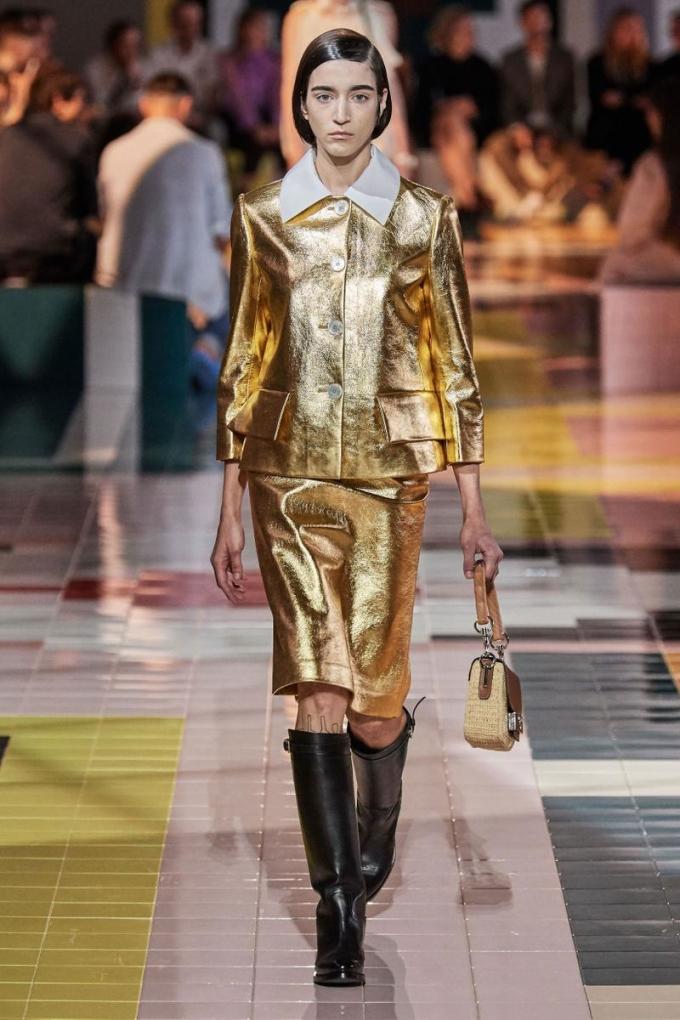 <p> Set đồ mang đậm phong cách vintage đã được Prada giới thiệu trên sàn diễn Xuân Hè 2020. So với người mẫu của hãng đi đôi boots cao đến gối khá nặng nề, Lisa mix đồ thanh thoát hơn.</p>