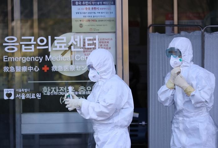 Các nhân viên y tế mặc đồ bảo hộ tại phòng khám sàng lọc virus corona, thuộc Trung tâm y tế Seoul. Ảnh: Yonhap News.