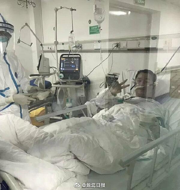 Hình ảnh bác sĩ Bành điều trịtại bệnh viện.