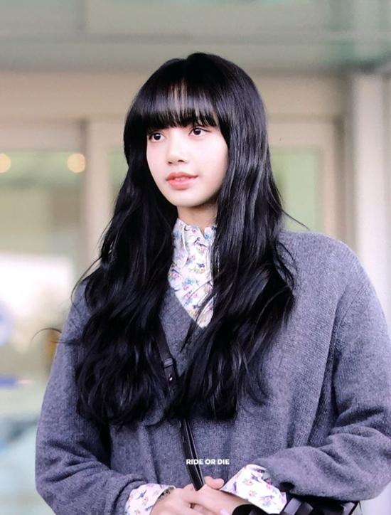 Trước đó tại lần ra sân bay sang Milan ngày 18/2, visual của Lisa cũng trở thành đề tài tranh luận. Nhiều netizen thất vọng vì nhan sắc kém nổi bật, bị dìm hàng trong kiểu tóc màu tối có phần nặng nề.