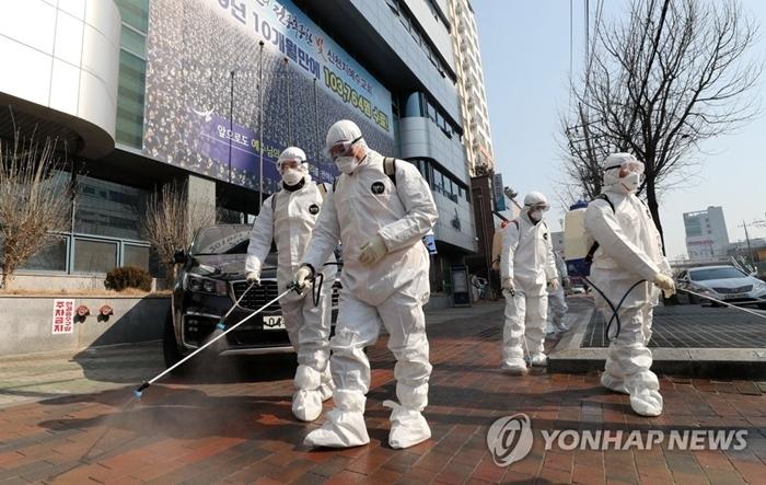 Nhân viên địa phương tiến hành khử trùng quanh khu vực nhà thờ Shincheonji tại Daegu. Ảnh: Yonhap News.