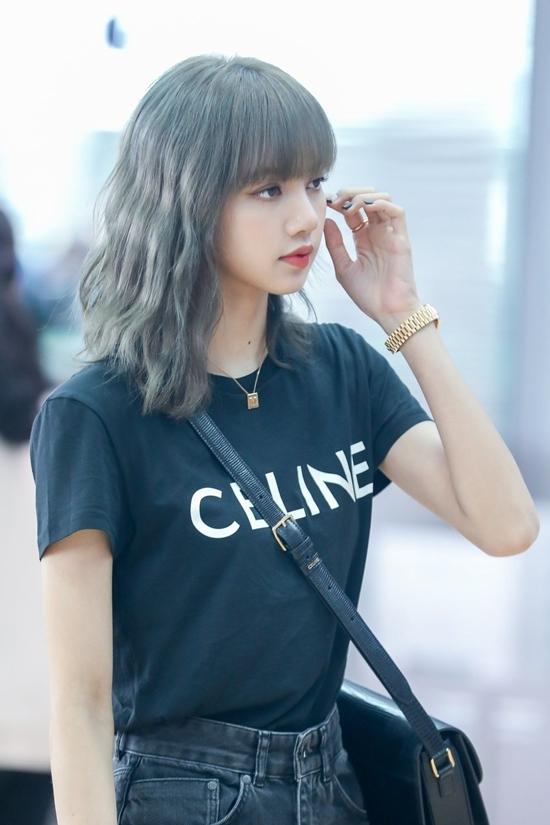 Trong lần ra sân bay dự Paris Fashion Week hồi tháng 6 năm ngoái, Lisa từng gây bão mạng xã hội với vẻ xinh xắn như búp bê và phong cách trẻ trung, thời thượng.