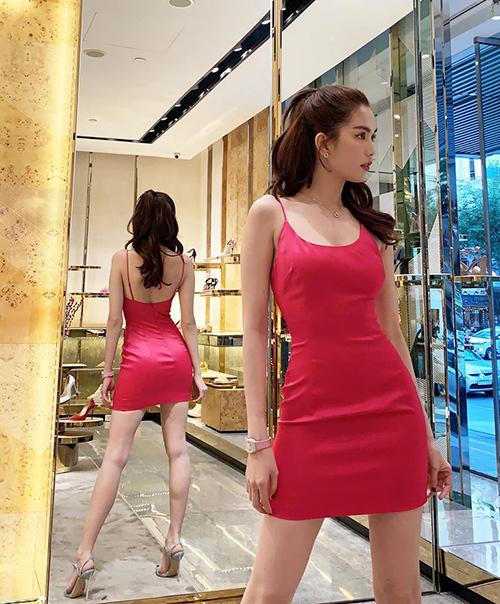 Ngọc Trinh khoe dáng gợi cảm khi đi mua sắm hàng hiệu.
