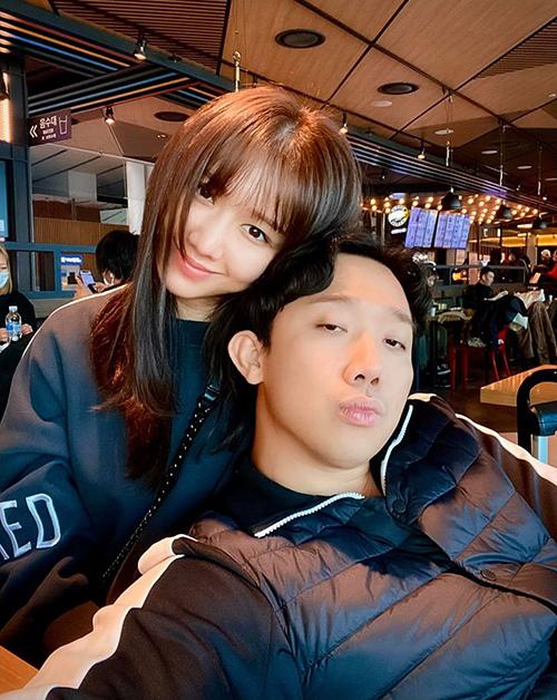 Trấn Thành và Hari Won tạm biệt fan để đi công tác.