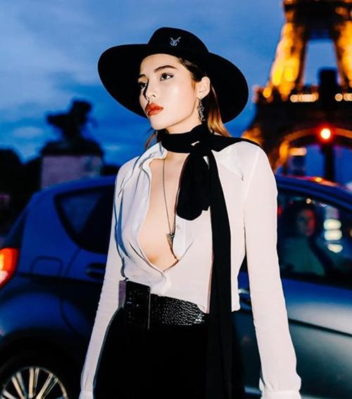 Hồi tham dự Paris Fashion Week năm ngoái, Kỳ Duyên cũng lăng xê kiểu mặc tương tự. Áo sơ mi được người đẹp bỏ hẳn 4 cúc trên, phanh áo để lộ thềm ngực quyến rũ.