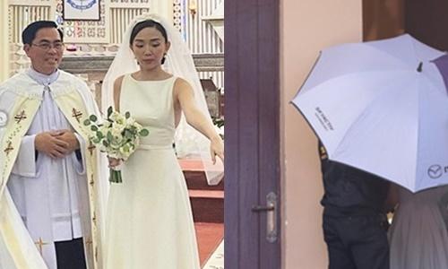 Tóc Tiên và chồngđược che chắn bằng ô kỹ lưỡng.