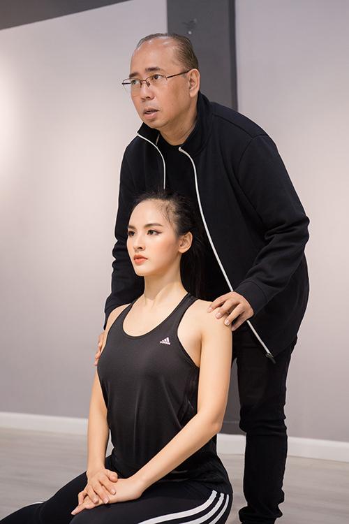 Mỗi ngày, Quỳnh Nga có 5 tiếng tập luyện cùng ê kíp của 'ông trùm hoa hậu' Rodgil. Với cô, 5 tiếng là quãng thời gian đổ mồ hôi và thấm mệt bởi những bài kỹ năng tiêu tốn khá nhiều sức lực, nhất là khi di chuyển trên đôi giày cao 20cm.