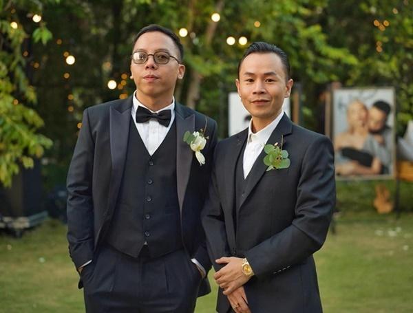 Hoàng Touliver chụp hình cùng Binz.