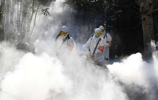 Công nhân phun chất khử trùng ở Trung Quốc.