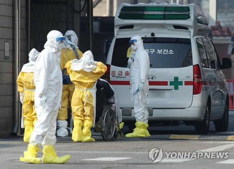 Các nhân viên mặc đồ bảo hộ tại Trung tâm y tế quốc gia. Ảnh: Yonhap News.