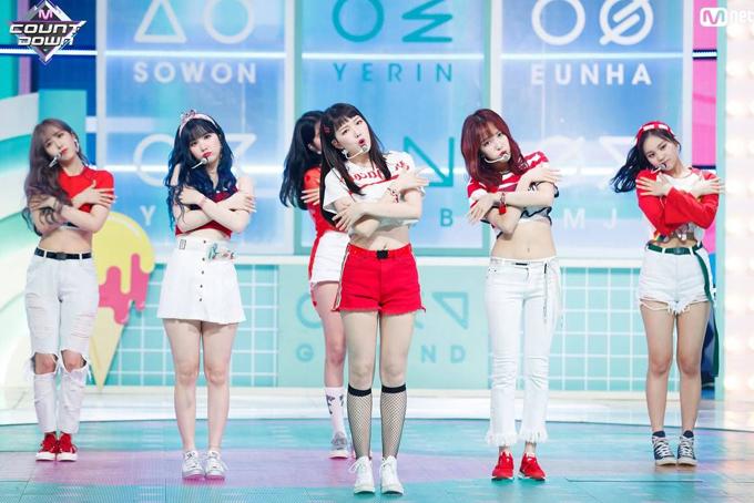 Trong khi sao Nhật chuộng giấu đường cong thì các girl group Hàn lại mặc đồ khoe eo thon, chân dài triệt để. Qua từng năm, đồ diễn của họ luôn có sự cải tiến, thay đổi liên tục, từ năng động như nữ sinh cho đến cool ngầu, sang chảnh.