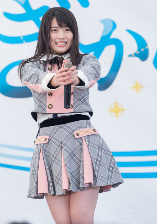 Nhiều khán giả thích vẻ đáng yêu của các cô gái Nhật khi khoác lên mình những chiếc áo sơ mi kiểu cách, những bộ váy xòe trẻ trung, đi kèm là loạt phụ kiện cũng đậm chất học đường.