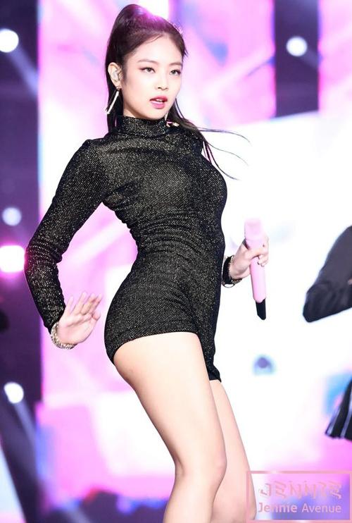 Tuy nhiên nhiều netizen cho rằng yếu tố gợi cảm đang được đẩy mạnh quá đà, dẫn đến việc nhiều bộ cánh idol Hàn mặc trở nên hở hang, khiến họ hớ hênh trên sân khấu.