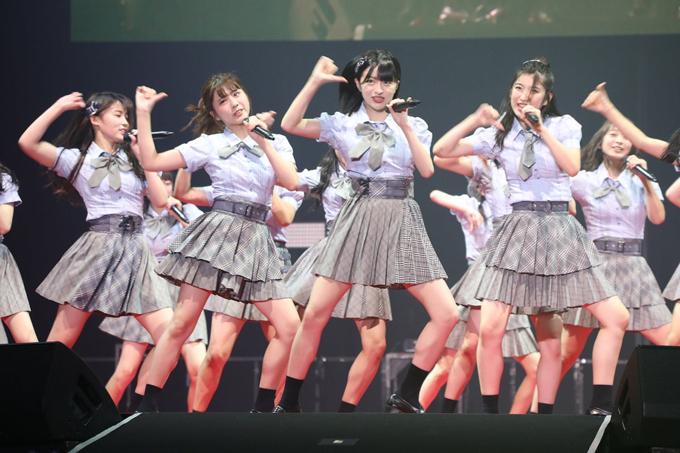 Idol Nhật nhiều năm nay không thay đổi nhiều về phong cách biểu diễn và concept sân khấu. Các nhóm nhạc của họ luôn xuất hiện với những trang phục theo phong cách nữ sinh giống như bước ra từ các manga hay anime.