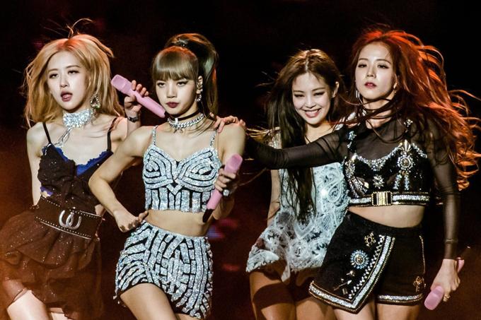 Các girl group Hàn ít khi mặc đồng phục. Thay vào đó, mỗi thành viên được stylist chọn lựa cho một bộ cánh phù hợp, tuy nhiên vẫn có sự ăn ý về tổng thể. Trang phục của sao Hàn có thể đến từ nhiều thương hiệu quốc tế đắt đỏ, giá bán vài chục đến vài trăm triệu đồng.