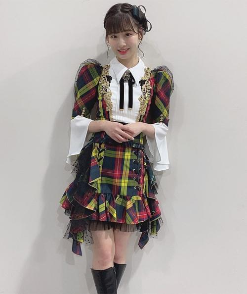 Các sao Nhật luôn ưu tiên dáng váy xòe, xếp ly để dễ dàng thực hiện các động tác nhảy. Tuy nhiên cũng vì thế nên đồ diễn nhiều năm không có sự cải tiến mới mẻ, ngược lại có thể gây cảm giác sến sẩm, dìm hoàn toàn vóc dáng đẹp của các idol.