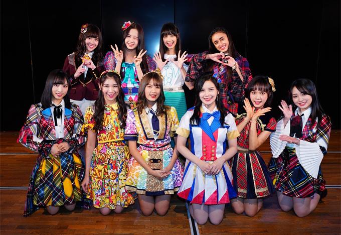 So về độ cầu kỳ, đồ diễn của sao Nhật luôn ăn đứt các nước khác. Tuy nhiên cũng vì thêm thắt nhiều chi tiết, phụ kiện mà trang phục của họ đôi khi gây cảm giác rối mắt, đặc biệt là khi mỗi thành viên diện một màu sắc, họa tiết khác nhau.