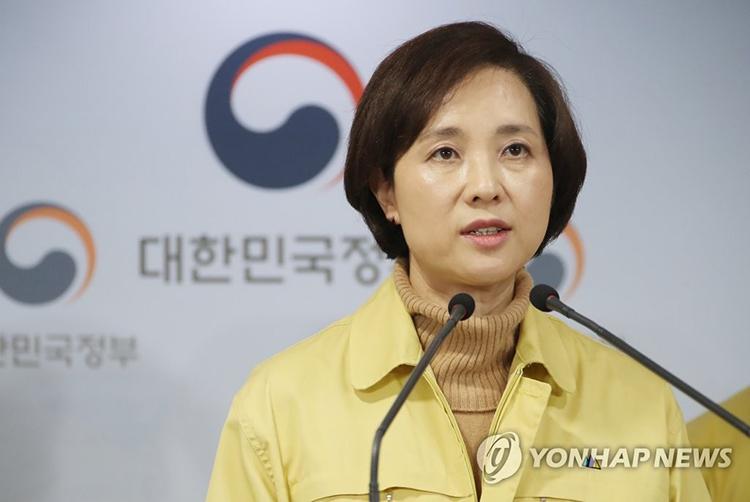 Bộ trưởng Bộ Giáo dục Yoo Eun-hae phát biểu tại cuộc họp báo của chính phủ về virus corona, ngày 23/2. Ảnh: Yonhap.