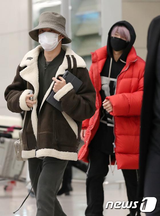 BTS trở về từ Mỹ và các thành viên đều trang bị khẩu trang đầy đủ trong tình trạng Hàn Quốc đang bùng nổ dịch nCoV. J-Hope gây ấn tượng với phong cách thời trang thời thượng, RM nổi bật với áo khoác đỏ, mái tóc tím.