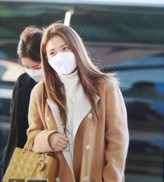 Các thành viên Red Velvet có lịch trình ở nước ngoài và mỗi thành viên đều trang bị khẩu trang đầy đủ.