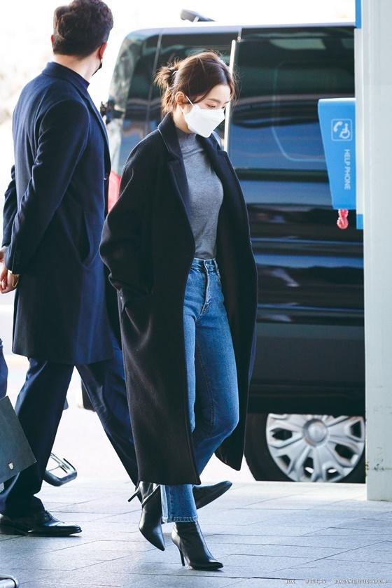 Irene được khen sở hữu khí chất tổng tài với set đồ sang chảnh ở sân bay.
