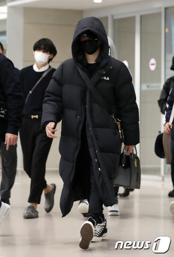 Suga luôn che chắn như ninja khi ra sân bay.