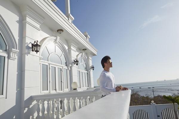 Căn biệt thự rộng 6000 m2, trị giá 600 tỷ đồngcủa gia đình Nathan Lee có tầm nhìn hướng biển. Anh thích đứng ở ban công, ngắm tàu thuyền qua lại mỗi ngày.