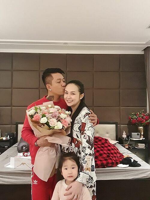 Tuấn Hưng tặng hoa cho vợ dịp Valentine vừa qua.