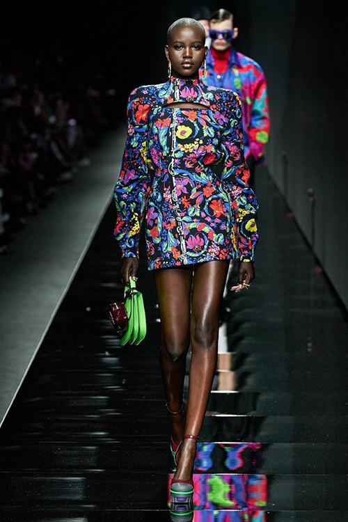 Xuất hiện trong show Versace tại Milan Fashion Week đang diễn ra tại Italy, chân dài da mẫu Adut Akech
