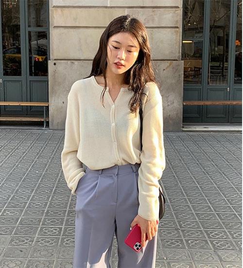 Những nàng lành hơn muốn theo trend có thể chọn kiểu áo không quá mỏng, chỉ lộ nội y lấp ló.
