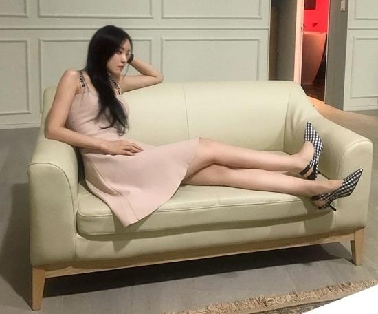 Hyo Min khoe chân thon dài hút mắt.